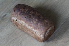 Домодельный испеченный весь коричневый хлеб на деревянной предпосылке стоковые изображения
