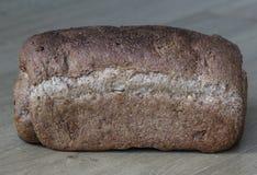 Домодельный испеченный весь коричневый хлеб на деревянной предпосылке стоковое фото rf