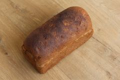 Домодельный испеченный весь коричневый хлеб на деревянной предпосылке стоковое изображение
