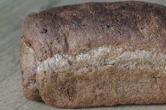 Домодельный испеченный весь коричневый хлеб на деревянной предпосылке стоковая фотография rf
