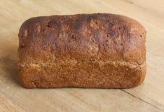 Домодельный испеченный весь коричневый хлеб на деревянной предпосылке стоковые изображения rf