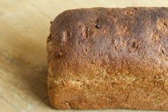 Домодельный испеченный весь коричневый хлеб на деревянной предпосылке стоковые фотографии rf
