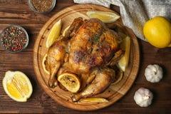 Домодельный испеченный цыпленок с лимоном стоковые фото