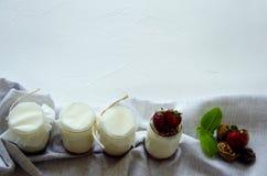Домодельный йогурт со свежими клубниками Ингредиенты на здоровый завтрак половины клубник, грецких орехов и йогурта с стоковые изображения rf