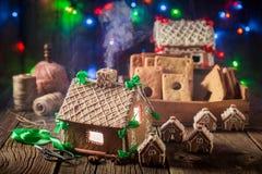 Домодельный коттедж пряника рождества в старой мастерской Стоковое Изображение