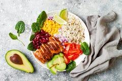 Домодельный мексиканский шар буррито цыпленка с рисом, фасолями, мозолью, томатом, авокадоом, шпинатом Шар обеда салата тако стоковое фото rf