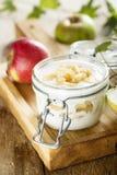 Домодельный наслоенный десерт с яблоками стоковые фото