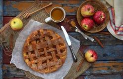 Домодельный органический яблочный пирог от теста дрожжей на деревянной предпосылке Десерт плодоовощ готовый для еды Стоковые Изображения