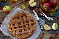 Домодельный органический яблочный пирог от теста дрожжей на деревянной предпосылке Десерт плодоовощ готовый для еды Стоковые Изображения RF