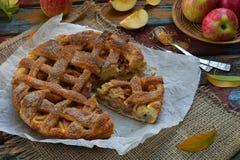 Домодельный органический яблочный пирог от теста дрожжей на деревянной предпосылке Десерт плодоовощ готовый для еды Стоковое фото RF