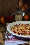 Домодельный органический яблочный пирог с cowberry на деревянной предпосылке Десерт плодоовощ готовый для еды Стоковое Фото
