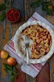 Домодельный органический яблочный пирог с cowberry на деревянной предпосылке Десерт плодоовощ готовый для еды Стоковое Изображение
