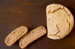 Домодельный отрезанный свежий хлеб на деревянной предпосылке Как раз испеченный вокруг хлеба на коричневой таблице с космосом бес Стоковая Фотография RF