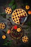 Домодельный пирог вишни на деревенской деревянной предпосылке Стоковое фото RF