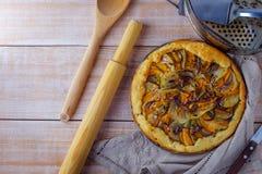 Домодельный пирог картошки с тыквой и луком на деревянной предпосылке стоковое фото rf