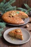 Домодельный пирог меда и грецкого ореха на деревянной предпосылке Стоковое Изображение RF