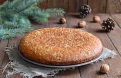 Домодельный пирог меда и грецкого ореха на деревянной предпосылке Стоковая Фотография RF