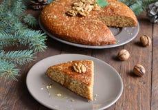 Домодельный пирог меда и грецкого ореха на деревянной предпосылке Стоковые Изображения RF