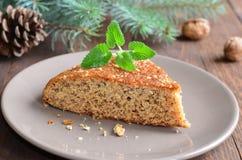 Домодельный пирог меда и грецкого ореха на деревянной предпосылке Стоковые Фото