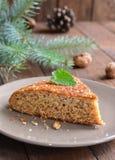 Домодельный пирог меда и грецкого ореха на деревянной предпосылке Стоковые Фотографии RF