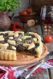 Домодельный пирог с грибами и травами Киш на деревянной предпосылке Вегетарианская еда стоковые изображения