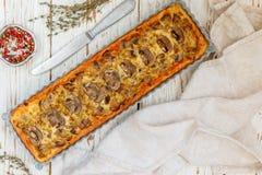 Домодельный пирог с грибами, лук-пореем, сыром и тимианом на белой деревенской предпосылке Традиционный торт закуски и нож на таб стоковая фотография
