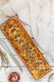 Домодельный пирог с грибами, лук-пореем, сыром и тимианом на белой деревенской предпосылке Традиционный торт закуски и нож на таб стоковые фотографии rf