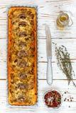 Домодельный пирог с грибами, лук-пореем, сыром и тимианом на белой деревенской предпосылке Традиционный торт закуски и нож на таб стоковое изображение