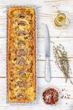 Домодельный пирог с грибами, лук-пореем, сыром и тимианом на белой деревенской предпосылке Традиционный торт закуски и нож на таб стоковое фото rf