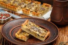 Домодельный пирог с грибами, лук-пореем, сыром и тимианом на деревенской предпосылке Традиционный торт закуски стоковое фото rf