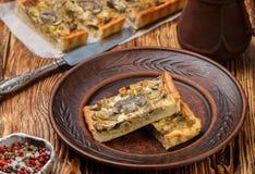 Домодельный пирог с грибами, лук-пореем, сыром и тимианом на деревенской предпосылке Традиционный торт закуски стоковые фотографии rf