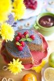 Домодельный пирог с маковыми семененами и полениками Очень вкусный завтрак на таблице и желтых цветках Взгляд сверху Стоковая Фотография