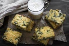 Домодельный пирог с сыром и шпинатом Стоковое фото RF