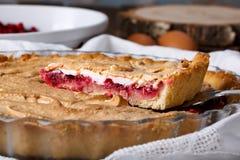 Домодельный пирог cowberry с merengue стоковые изображения rf