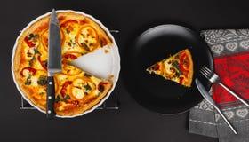 Домодельный притворный киш яичка для завтрак-обеда с шпинатом и перцем Стоковая Фотография RF