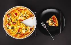 Домодельный притворный киш яичка для завтрак-обеда с шпинатом и перцем Стоковое Фото