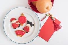 Домодельный пряник как китайские куклы мальчика и девушки в белизне Стоковая Фотография RF