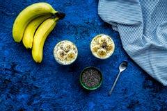 Домодельный пудинг банана с семенами chia на голубой предпосылке с голубым взгляд сверху скатерти Стоковые Изображения RF