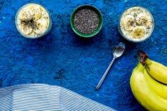 Домодельный пудинг банана с семенами chia на голубой предпосылке с голубым космосом экземпляра взгляд сверху скатерти Стоковые Изображения RF