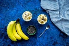 Домодельный пудинг банана с семенами chia на голубой предпосылке с голубым космосом экземпляра взгляд сверху скатерти Стоковое Фото