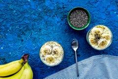 Домодельный пудинг банана с семенами chia на голубой предпосылке с голубым космосом экземпляра взгляд сверху скатерти Стоковые Фотографии RF