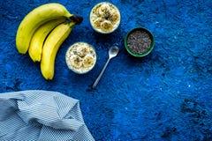 Домодельный пудинг банана с семенами chia на голубой предпосылке с голубым космосом экземпляра взгляд сверху скатерти Стоковая Фотография