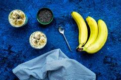 Домодельный пудинг банана с семенами chia на голубой предпосылке с голубым взгляд сверху скатерти Стоковое Фото