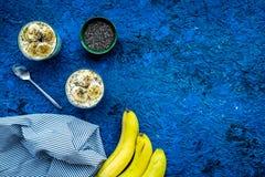 Домодельный пудинг банана с семенами chia на голубой предпосылке с голубым космосом экземпляра взгляд сверху скатерти Стоковое фото RF