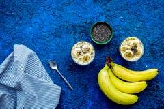 Домодельный пудинг банана с семенами chia на голубой предпосылке с голубым космосом экземпляра взгляд сверху скатерти Стоковая Фотография RF