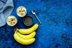 Домодельный пудинг банана с семенами chia на голубой предпосылке с голубым космосом экземпляра взгляд сверху скатерти Стоковое Изображение RF