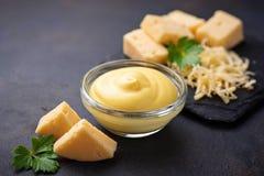 Домодельный соус сыра в стеклянном шаре стоковые изображения