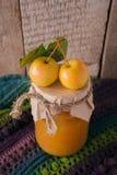 Домодельный студень яблока в стеклянных опарниках со свежими яблоками на деревянном столе Концепция падения осени, крупный план с стоковое изображение