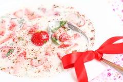 Домодельный суп молока с клубниками стоковые изображения
