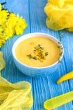 Домодельный суп сливк мозоли с chili тимиана и перца на деревянной предпосылке Стоковая Фотография RF